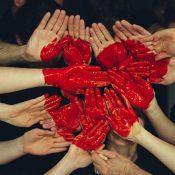 Hangok az út széléről – A szakszervezetek napja alkalmából: mi van a másokat segítőkkel?